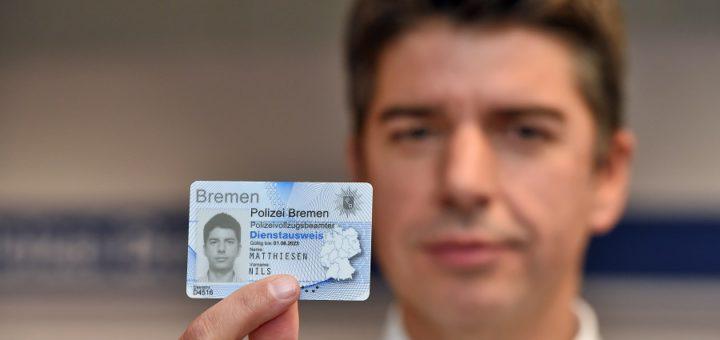 Polizeisprecher Nils Matthiesen zeigt seinen echten Ausweis.Foto: Schlie