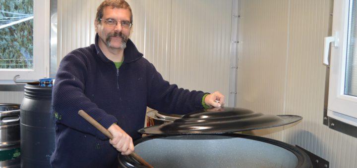 Martin Mittnacht an seiner selbstgebauten Brauanlage. Foto: Sieler