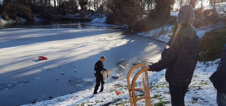 Diesen roten Schlitten von drei Kindern hat die Polizei vom Eis gerettet. Foto: Polizei Bremen