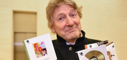 Häppchenweise gute Unterhaltung: Matthias Höllings präsentiert seine biographischen Geschichten. Foto: Schlie