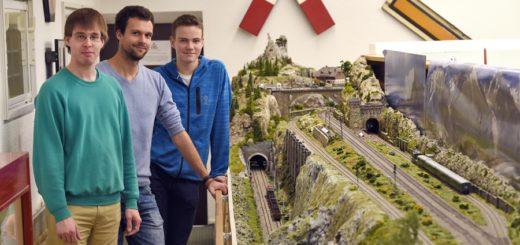 Karsten Scholz, Marcel Klass und Alex Graudenz vom MEC Bremen (v. l.), vor der Alpenregion der Anlage. Foto: Schlie