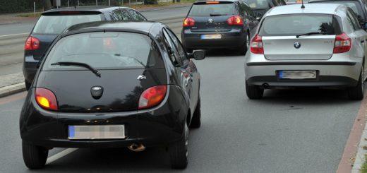 So ist's richtig: Bei jedem Spurwechsel muss der Blinker betätigt werden. Foto: Schlie