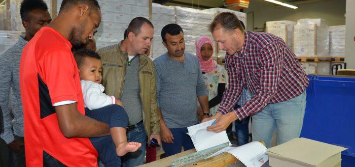 Flüchtlinge bei einer Betriebsbesichtigung der Druckerei Mack in Langwedel. Foto: pv