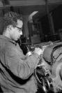 Der Inder Anil an seiner Werkbank. Foto: Stadtarchiv Delmenhorst, Fotonachlass Kunde