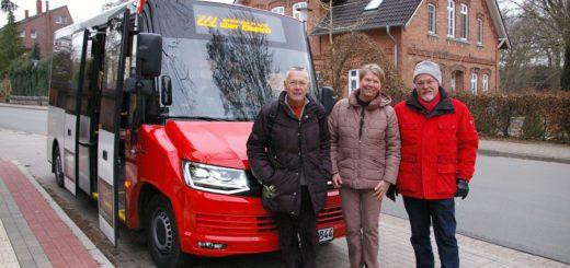 Rolf Kuhlmann, Hanna Otter-Sandstedt und Günter Prüß vom Bürgerbus-Vorstand freuen sich über das neue Fahrzeug. Unterwegs ist der Bus auf den Linien 221 und 222.Foto: Nustede