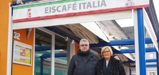 Tano und Tina Bertholdo vor dem Eiscafé Italia, das sie vor 36 Jahren eröffnet haben. Foto: gri