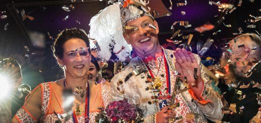Konfetti und gute Laune: Das Prinzenpaar beim ersten Büttenabend. Foto: Meyer