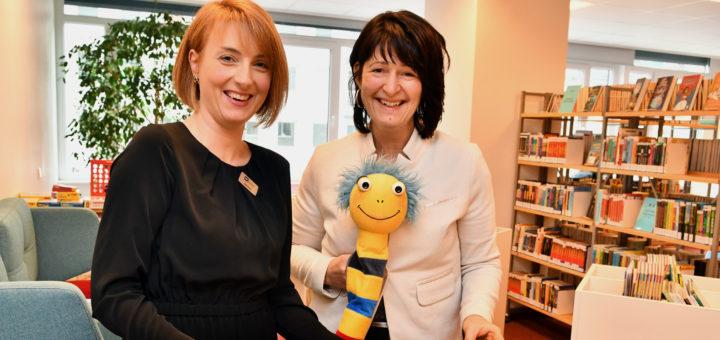Die Bundestagsabgeordnete Astrid Grotelüschen (rechts) besuchte am Montag die Bücherei in Delmenhorst. Foto: Konczak