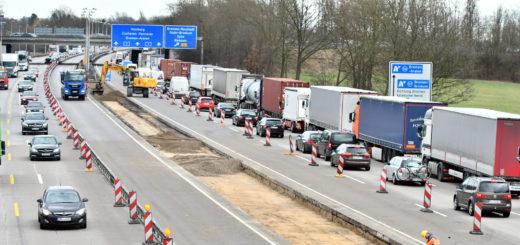 Noch fließt der Verkehr halbwegs durch über die A1 zwischen dem Dreieck Stuhr und Brinkum. Ab 15. März sollen die Vorbereitungsmaßnahmen abgeschlossen sein. Dann werden die vier Fahrspuren bis November auf die Seite Richtung Osnabrück geleitet. Foto: Konczak