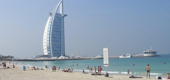 Sonnenbad mit Blick auf das berühmte Hotel Burj al Arab. Foto: Kaloglou