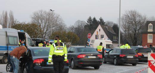 Fahrzeugkontrolle am Ochtum-Park in Brinkum (Stuhr. Das Ziel des ganzen ist der Einbruchsschutz. Foto: lod