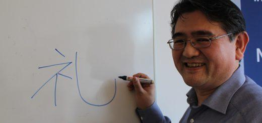 """Hide Tsukamoto zeichnet ein japanisches Schriftzeichen, Kanji genannt, an die Tafel. Es bedeutet sinngemäß """"Höflichkeit"""". Foto: Harm"""