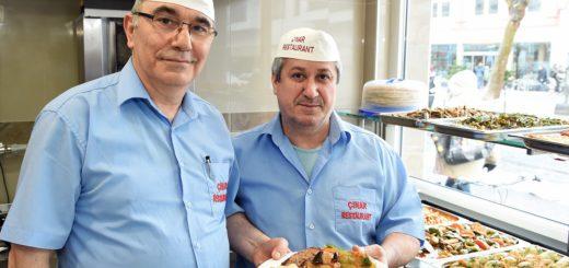 """Kemal Sentürk (l.) und Salih Tilci umsorgen im die Gäste """"Cinar"""". Foto: Schlie"""
