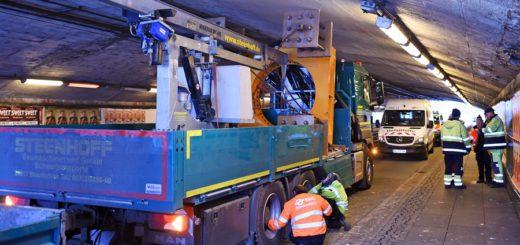 Zum zweien Mal binnen einer Woche steckte ein Lkw im Tunnel fest. Foto: Schlie