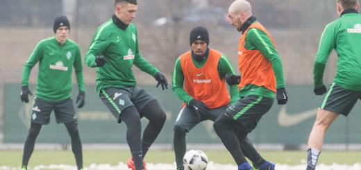 Aron Jóhannsson (l.) ist wieder im Mannschaftstraining. Luca Caldirola (r.) und Milos Veljkovic (2.v.l.) könnten am Sonntag in der Dreierkette spielen. Foto: nph