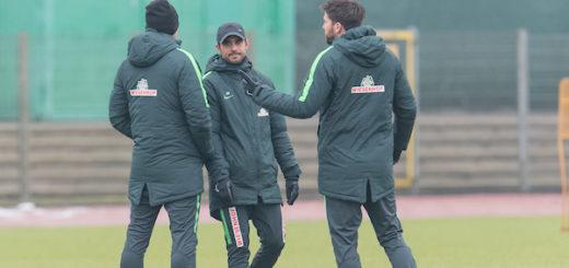 Werder Cheftrainer Alexander Nouri (M.) mit seinen Assistenten Markus Feldhoff (l.) und Florian Bruns beim Training vor dem Spiel in Augsburg. Foto: Nordphoto