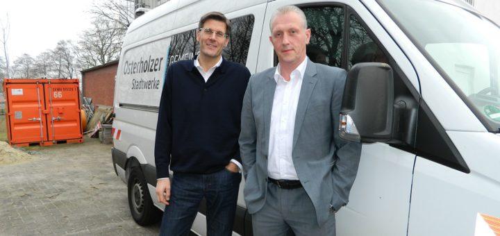 Stadtwerke-Geschäftsführer Christian Meyer-Hammerström (r.) und der technische Leiter Wolfgang Heeger stellten das Prozedere der Erdgas-Umstellung in Lilienthal vor. Foto: Bosse