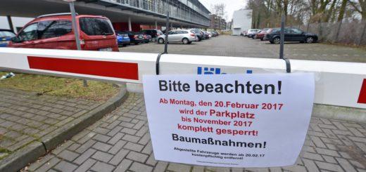 Der Parkplatz an der Hochschule bleibt für Monate gesperrt. Foto. Schlie