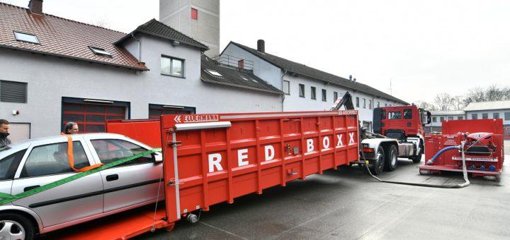 """In der """"Redboxx"""" können verunglückte Elektroautos geflutet und die Batterien so gelöscht werden. Foto: Konczak"""