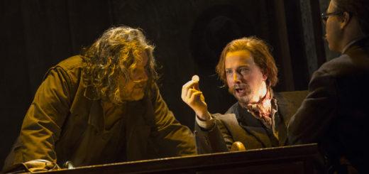 Das Rheingold fasziniert sie alle: Szene mit Johannes Schwärsky (Alberich) und Timothy Oliver (Loge). Foto: Stephan Walzl