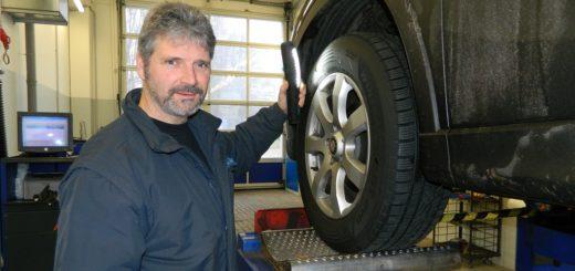 André Sauer, Leiter der TÜV-Station Osterholz-Scharmbeck, gibt Autofahrern Tipps zum Spritsparen. Foto: Bosse