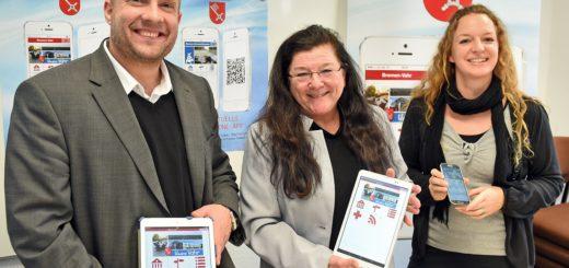 Stellten die neuen Stadtteil-Apps im Ortsamt vor: Nils Bauer vom BVB Verlag, Dr. Karin Mathes (v.l.) und Sarai Kahle vom Ortsamt. Foto: Schlie