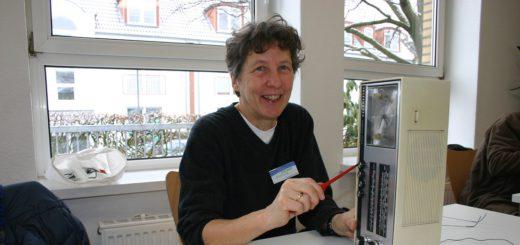 Swantje Wrobel repariert einen alten Radiowecker. Foto: Neloska