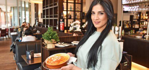 """Nadima Said versorgt die Gäste im """"Aperta"""" mit Pizza und Pasta.Foto: Schlie"""