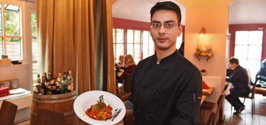 """Viktor versorgt die Gäste im """"Piazza"""" mit italienischen Köstlichkeiten.Foto: Schlie"""