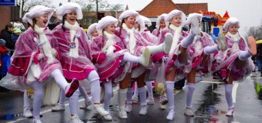 Weiß-Pinke Funken tanzen im Regen.