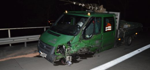 Mit diesem Kleintransporter ist die Falschfahrerin auf der A27 am Dienstagmorgen zusammen gestoßen. Foto: Polizei Verden