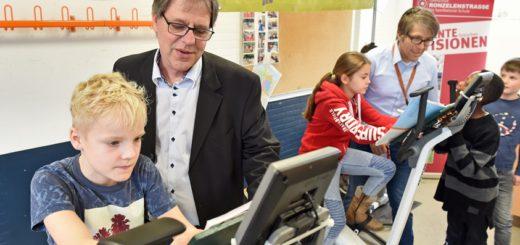 Unterricht mal anders: Jeweils drei Schüler sitzen auf Ergometern. Foto: Schlie