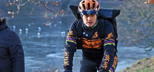 Michael Brinkmann ist als Fahrradkurier oft viele Stunden in der Kälte unterwegs. Foto: Schlie