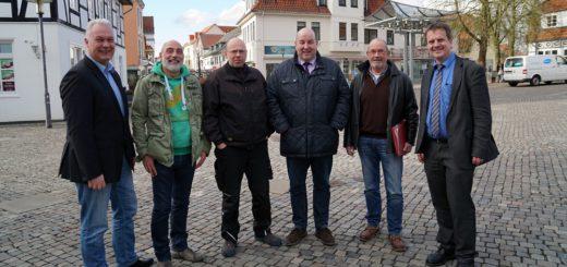 Unternehmergemeinschaft, Bürgermeister und Wirtschaftsförderer stellten gestern Ulrik Borcherdt von der Firma Solight Veranstaltungstechnik (3. v. l.) als einen der neuen Stadtfest-Veranstalter vor.Foto: Bruns
