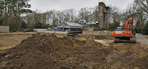 Auf dem Huckelrieder Friedhof entsteht in direkter Nähe zum alten Gebäude nun das neue Krematorium. Foto: Barth