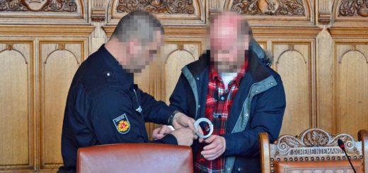 Der Angeklagte A. wird in den Gerichtssaal geführt. Foto: Sieler