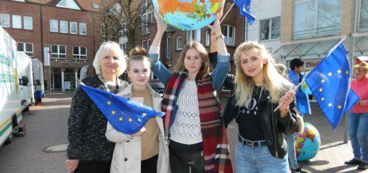 Lehrerin Christiane Bodammer (l.) freute sich über das Engagement ihrer Schüler, auf unserem Foto Lina Rickers, Marie Rugen und Nicole Kindopp (v.l.). Foto: Bosse