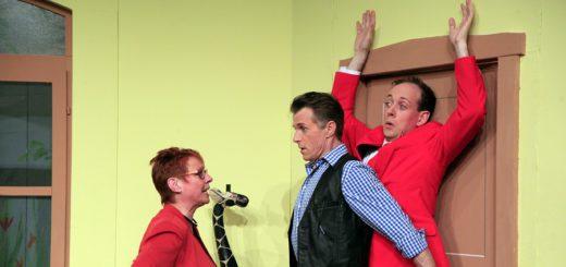 """Spielfreude: Dagmar Albers, Heiko Petershagen und Markus Weise (von links) spielen in der aktuellen NTD-Produktion """"Bett un Fröhstück"""".Foto: Eckert"""