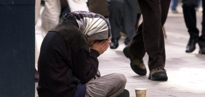Eine Frau bettelt in der City. Foto: WR