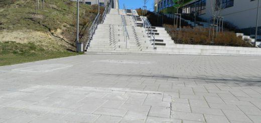 """Nur wenige Zementreste zeugen noch von den Standorten der drei Betonsofas vor der Treppe am Campus. Die Stadtverwaltung hat die """"Sofakunst"""" entfernen lassen. Foto: Bosse"""