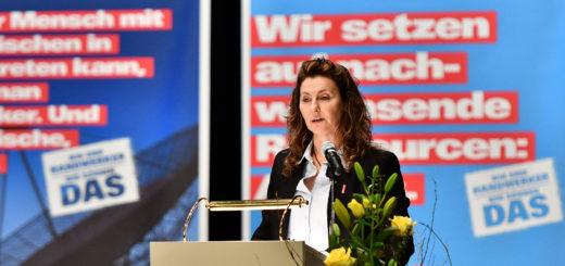 Kreishandwerksmeisterin Britta Jochims beglückwünschte die jungen Gesellinen und Gesellen. Foto: Konczak