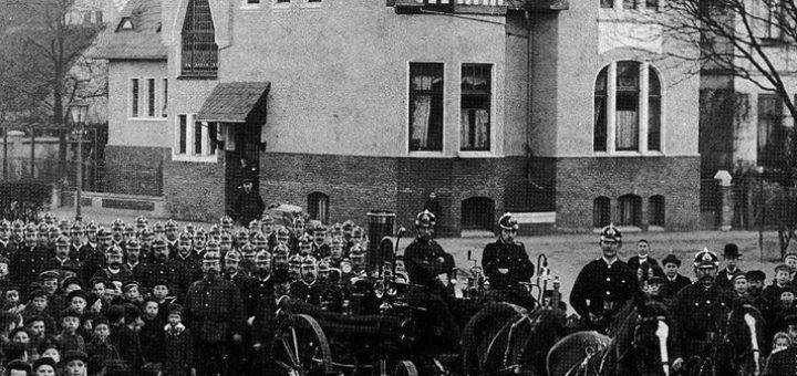 Die Überführung der Dampfspritze lockte zahlreiche Schaulustige an. Bildvorlage: Stadtarchiv Delmenhorst