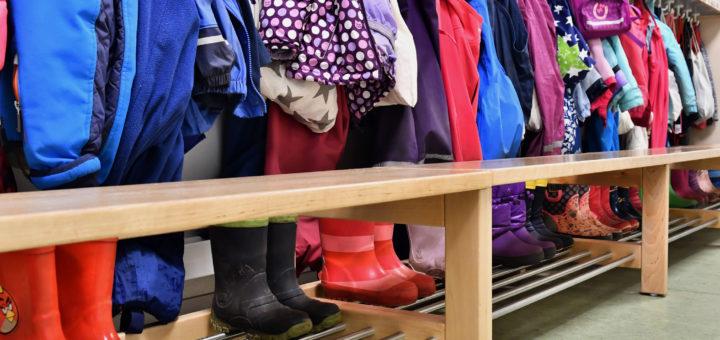 Garderobe eines Kindergartens.