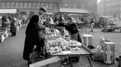 Von 1952 bis 1975 fand der Wochenmarkt auf dem Hans-Böckler-Platz statt. Hier eine Aufnahme von 1961. Abbildung: Stadtarchiv Delmenhorst
