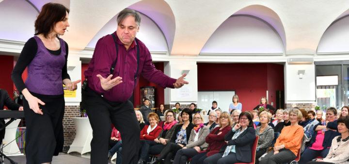 Die Schauspielerinnen und Schauspieler vom Improtheater Bremen sorgten beim Frauenempfang für eine volle Markthalle und beste Stimmung.Foto: Konczak
