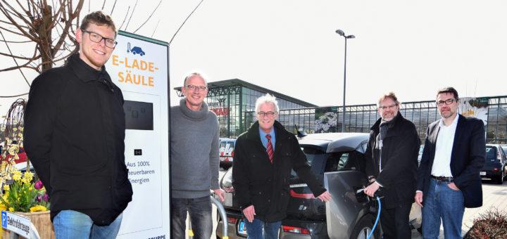 Inbetriebnahme der Ladesäule für Elektroautos beim Gartencenter Arkenau