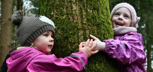 Das Schlafmoos ist so schön weich. Deshalb müssen Amelie und Fenja unbedingt den Baum umarmen.Foto: Konczak