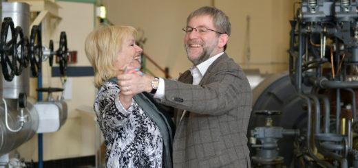 Elisabeth Vosseler (TSZ) und Museumsleiter Dr. Carsten Jöhnk wagten bei der Pressekonferenz ein Tänzchen. Foto: Konczak