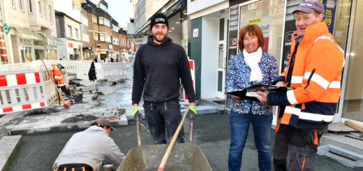 Zurzeit arbeitet das Team um Polier Stefan Weber (rechts im Bild neben der Bauleiterin Petra Hintz) sowohl im westlichen als auch im östlichen Teil der Lange Straße.Foto: Konczak