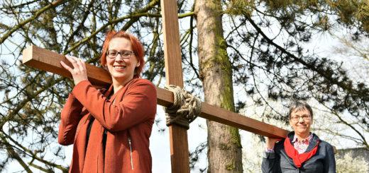 Nele Schomakers und Barbara Bockentin möchten die Hintergründe des Osterfestes in diesem Jahr erstmals mit symbolischen Aktionen erlebbar machen.Foto: Konczak